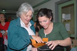 Lucía Topolansky con Macarena González, Asistente Académica del IIBCE